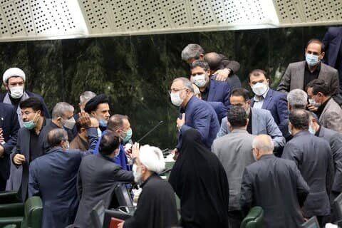 خداحافظی زاکانی با مجلس بدون رعایت پروتکل های ضدکرونایی +عکس