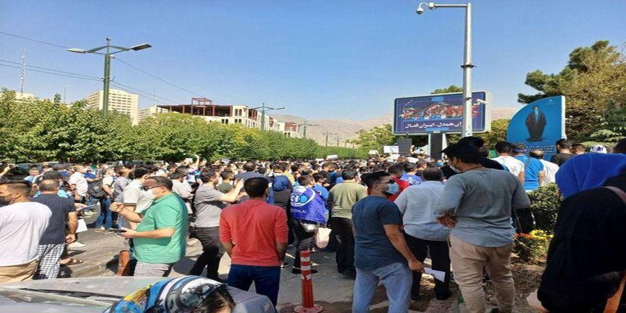 تجمع اعتراضی استقلالیها مقابل وزارت ورزش/ مددی و ملکیان استعفا دهند!