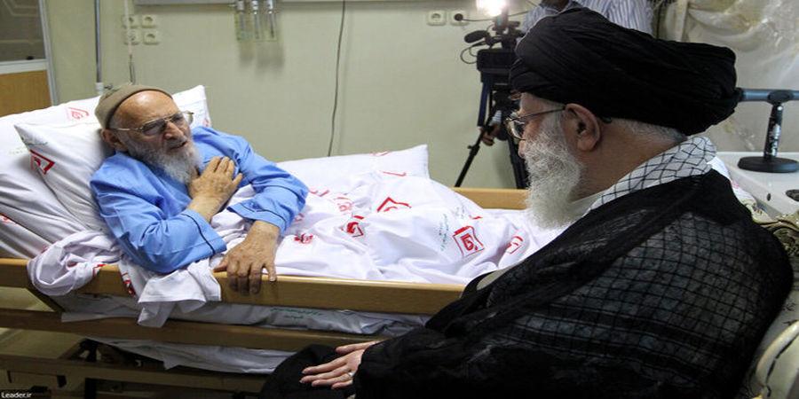 رهبر انقلاب بر پیکر علامه حسنزاده آملی نماز اقامه میکنند