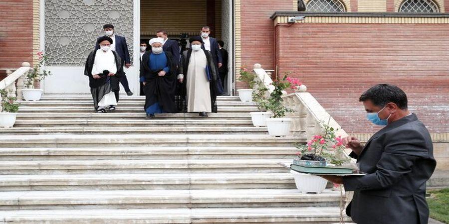 رئیسی پاستورنشین شد/ روحانی دفتر ریاست جمهوری را به رئیسی تحویل داد+ عکس