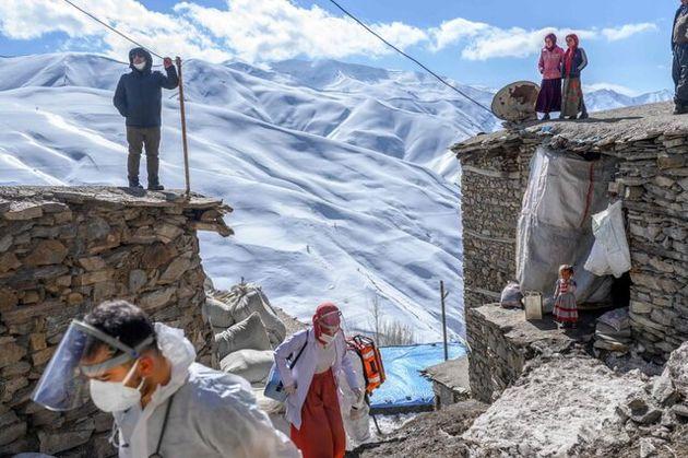 حضور_یک_پزشک_و_یک_پرستار_در_یکی_از_روستاهای_ترکیه_برای_انجام_واکسیناسیون