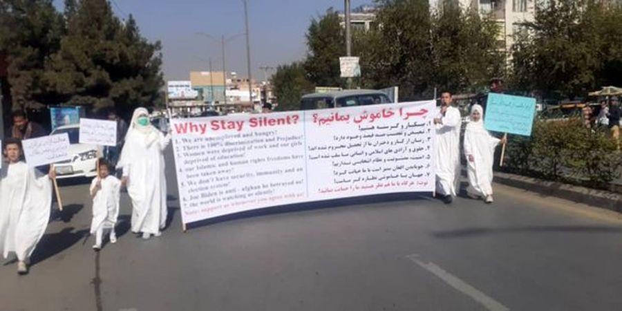 یک استاد دانشگاه در اعتراض علیه طالبان کفن پوش شد