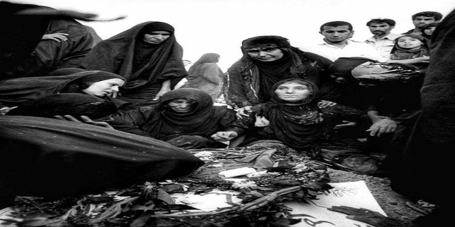 تصویری دردناک از عزاداری بر مزار یک شهید جنگ ایران و عراق