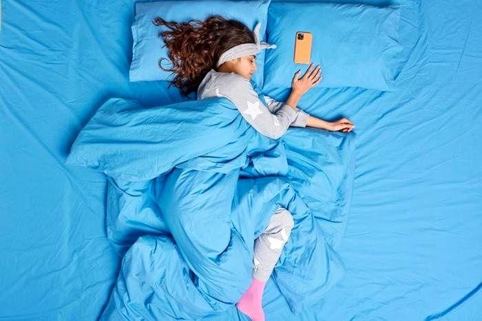 کنار گذاشتن موبایل قبل خواب