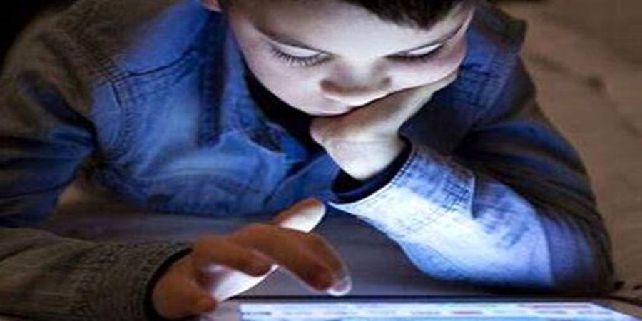 عوارض بازی کودکان با تلفن همراه در شب