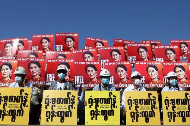 معترضان_با_در_دست_گرفتن_پلاکاردهایی_از_تصویر_«آنگ_سان_سوچی»_در_یک
