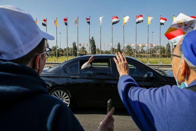 پاپ_فرانسیس_هنگام_ورود_به_بغداد_،_عراق_برای_جمعیت_دست_تکان_می_دهد