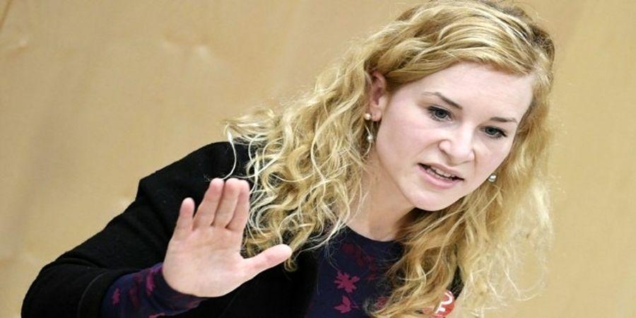 غش کردن خانم نماینده هنگام سخنرانی در پارلمان+ فیلم